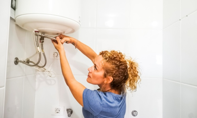 independence-caucasian-young-woman-repair-bathroom